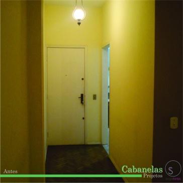 hall de entrada do apartamento, na direita a porta da cozinha.