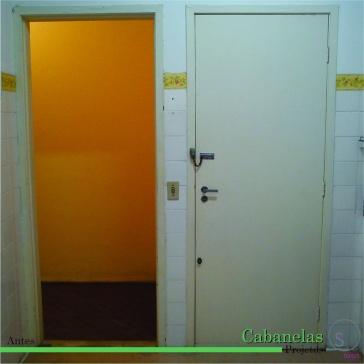 foto de dentro da cozinha mostrando as duas portas de acesso.
