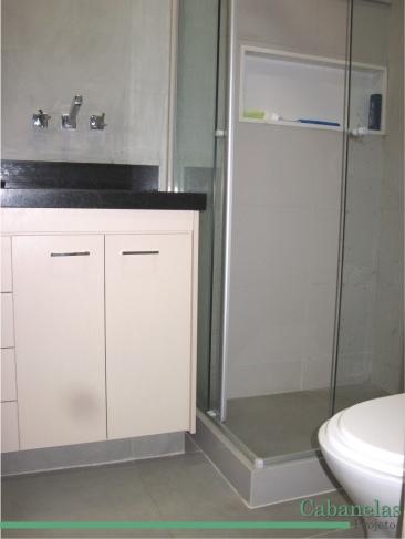 Banheiro neutro em tons de cinza e bege